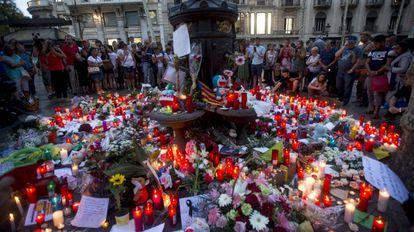 Dezenas de pessoas comparecem à fonte de Canaletas, em Las Ramblas, em homenagem às vítimas.