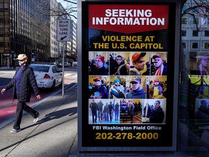 Cartaz do FBI em Washington pede informação sobre suspeitos da invasão do Capitólio.