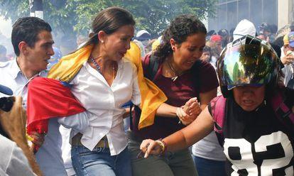 María Corina Machado abandona a concentração.