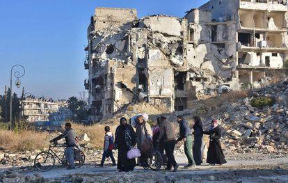 Moradores de Aleppo oriental, nesta terça-feira.
