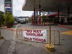Una gasolinera en Caracas advierte a sus clientes que no tiene combustible, el 24 de mayo.