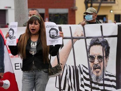 Um grupo de pessoas recorda as vítimas de Abimael Guzmán, em Lima, Peru, no dia 11 de setembro.