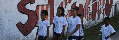 As crianças do Morro do Salgueiro no campo de futebol.
