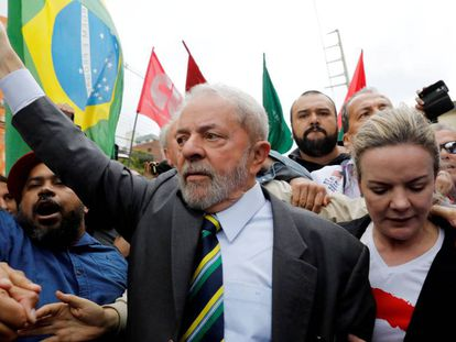 Lula, na chegada à Justiça Federal para depor, em maio de 2017.