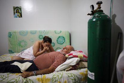 Paciente de coronavírus no improvisado pronto-socorro que sua filha montou para ele em casa, nesta quarta-feira, em Manaus.
