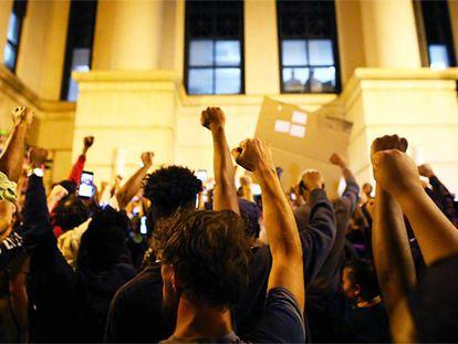 Manifestantes em frente à delegacia de polícia de Charlotte, após receberem a notícia de que Justin Carr havia morrido.