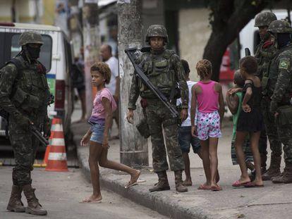 Exército patrulha a Vila Kennedy, no último dia 17.