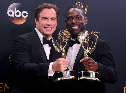 John Travolta e Sterling K. Brown com dois dos prêmios de 'The People vs. O.J. Simpson'.