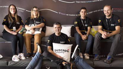 O CEO do site Buscapé, Sandoval Martins, junto com sua equipe na sede da empresa.