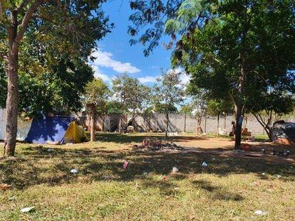 Área em que moradores de rua vivem na Asa Norte, em Brasília. Entre eles, o pedreiro Josimar Moraes.