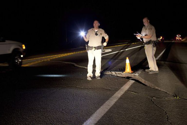Destroços provocados pelo terremoto em uma estrada de Sonoma.