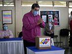 """-FOTODELDIA- AME3589. CARACAS (VENEZUELA), 06/12/2020.- El presidente venezolano, Nicolás Maduro, vota hoy en un centro electoral de Caracas (Venezuela). Maduro votó este domingo en las elecciones legislativas y pidió a los venezolanos dirimir sus diferencias a través del debate, """"de la verdad de cada quien"""", del respeto y del diálogo. En una larga declaración a los medios tras depositar su voto, apeló a """"las instituciones republicanas"""" como """"la única forma en que se puede elegir"""", de acuerdo con la Constitución y """"con el voto del pueblo"""". EFE/ Rayner Peña"""
