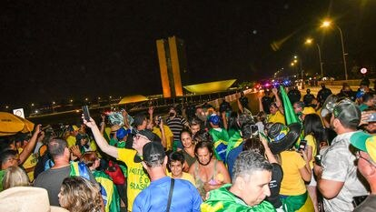 Apoiadores do Presidente Jair Bolsonaro rompem barreira da PM e chegam à Esplanada dos Ministérios na noite desta segunda-feira.