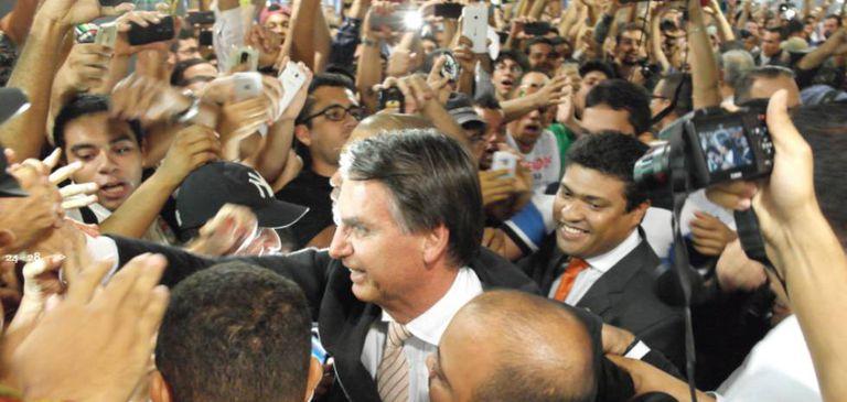 Deputado Jair Bolsonaro cercado de admiradores, em Pernambuco.