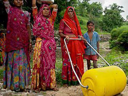 A roda de água permite transportar mais litros e com melhores condições para a saúde.