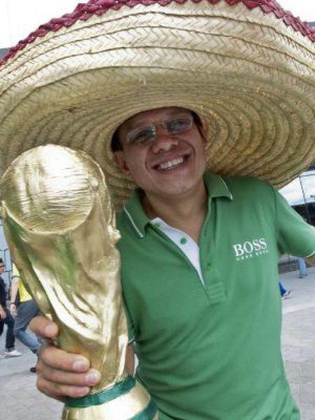 Um turista mexicano em Fortaleza (Brasil) nesta segunda-feira.