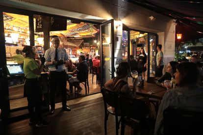 Frequentadores voltam a bar do Leblon após a reabertura de setor no Rio.