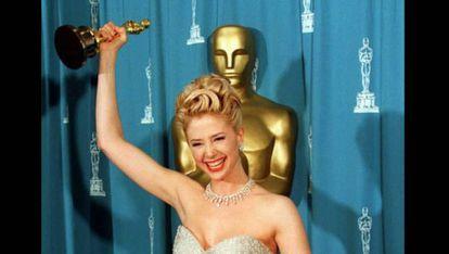Mira Sorvino comemora o prêmio de melhor atriz coadjuvante por 'Poderosa Afrodite'.