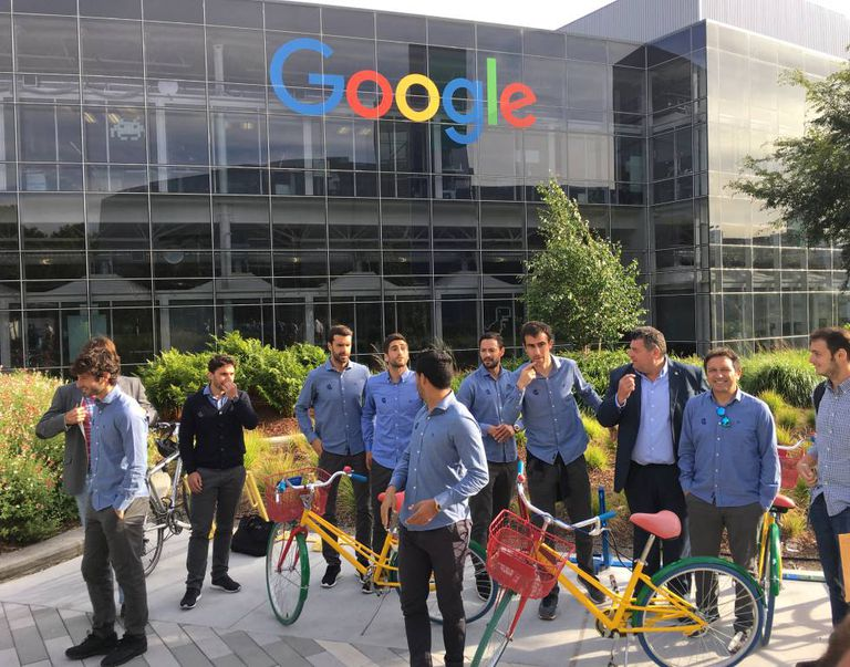 Delegação da Real Sociedad com bicicletas no campus do Google.
