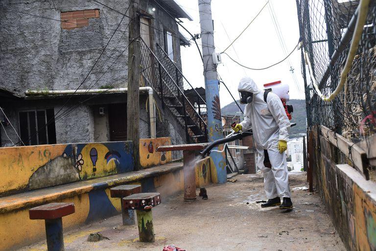 Trabalho de limpeza na favela de Santa Marta, no Rio de Janeiro.