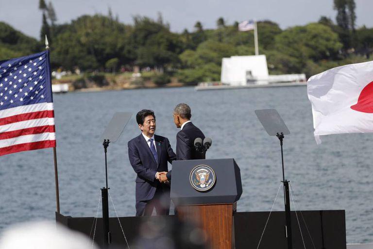 O presidente norte-americano, Barack Obama, e o primeiro-ministro japonês, Shinzo Abe, durante visita ao USS Arizona Memorial em Pearl Harbor.