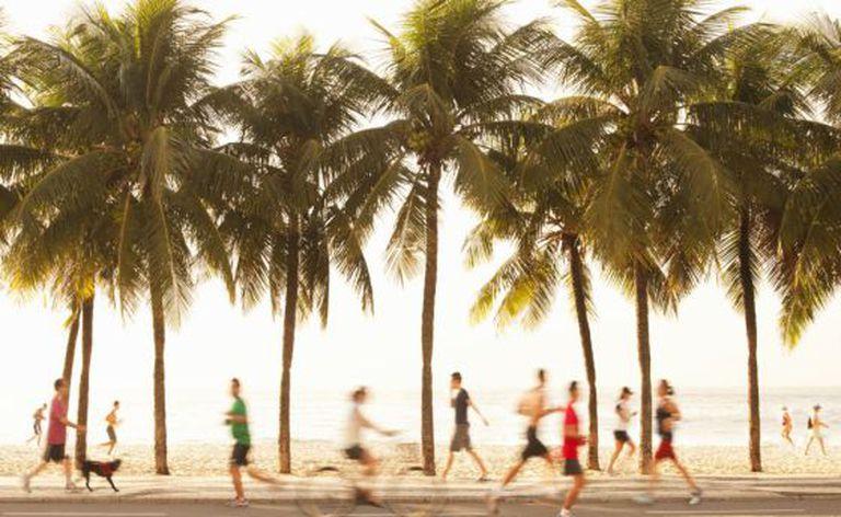Esportistas e e pedestres na praia de Copacabana, no Rio de Janeiro.
