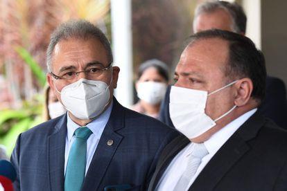 O ministro Marcelo Queiroga (à esq.) e o ex-ministro Eduardo Pazuello, em 16 de março, em Brasília.