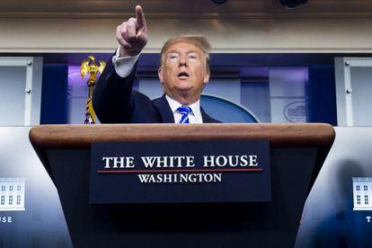 O presidente dos EUA, Donald Trump, durante sua fala desta quinta-feira. Em vídeo, Trump sugere tratar o coronavírus com luz e desinfetante.