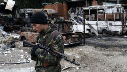 Um rebelde pró-russo em Donetsk.