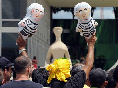 """Manifestante segura dois """"pixulecos"""" em frente ao STF."""