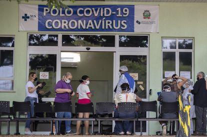 Pessoas com sintomas de covid-19 aguardam atendimento em um hospital de Ribeirão Preto. A cidade ampliou as medidas restritivas nesta semana.
