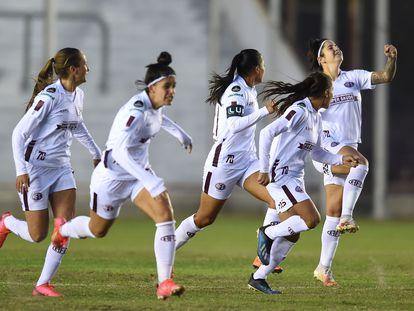 Jogadoras da Ferroviária comemoram a vitória na semifinal da Copa Libertadores contra a Universidad de Chile, no estádio Nuevo Francisco Urbano, na Argentina.