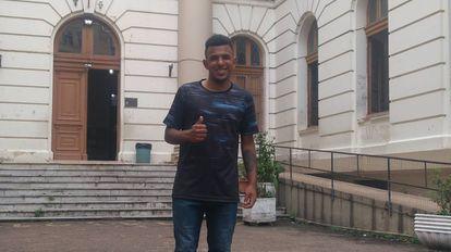 Adalberto Filho, de 18 anos, em frente ao colégio Paula Soares, em Porto Alegre.