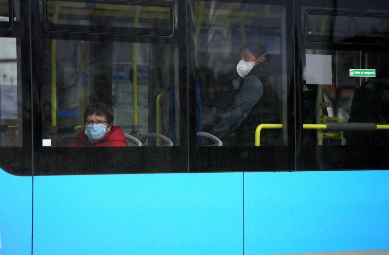 DVD 993 (23-03-20) Dos personas en el autobus con mascarillas, por el coronavirus, en Usera, Madrid.  Foto Samuel Sanchez