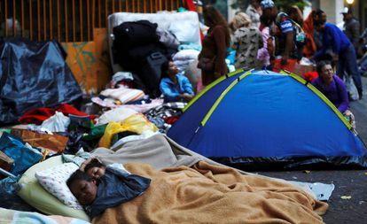 Famílias que viviam no prédio que foi abaixo no Largo do Paissandu, em São Paulo.