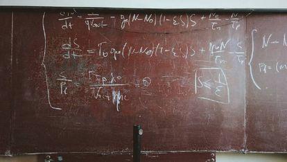 Uma lousa com fórmulas matemáticas.