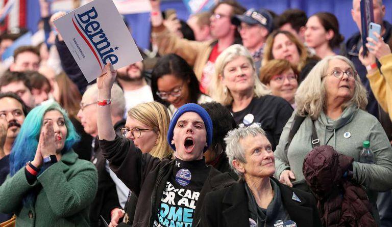 Simpatizantes de Bernie Sanders acompanham a apuração das primárias em Manchester, New Hampshire.