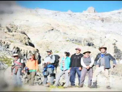 A equipe de montanhistas que encontrou o avião.