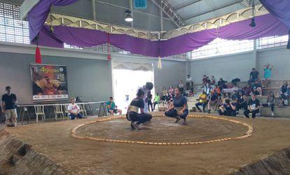 Estudantes Corina Eshley e Letícia Clemente Rodrigues, durante treino de sumô.
