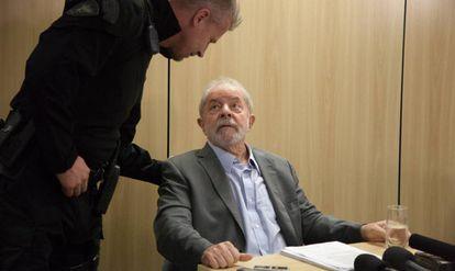 ex-presidente com o agente da PF responsável por sua carceragem.