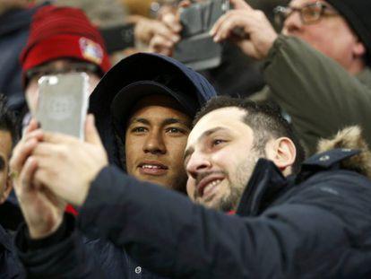 Machucado, Neymar tira selfie com torcedor.