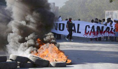 Protestos contra o canal.