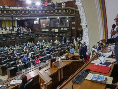 Diosdado Cabello, segundo nome na hierarquia chavista, durante sessão do Parlamento venezuelano.
