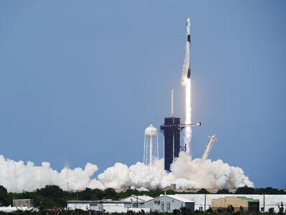 O lançamento da cápsula 'Dragon Crew' neste sábado, no Cabo Canaveral, Flórida.