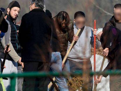 Familiares e amigos do terrorista dos atentados de Paris Brahim Abdeslam enterram seus restos em Schaerbeek (Bélgica), o passado 17 de março.