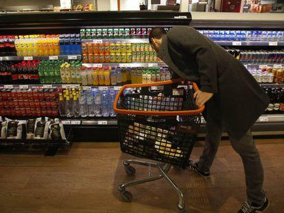 Consumidores recorrem a marcas mais baratas na hora das compras para poupar.