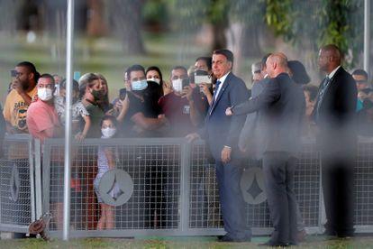 Bolsonaro diante de apoiadores no Palácio da Alvorada, no dia 19.