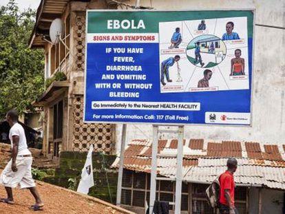 Um outdoor adverte a população sobre sintomas do ebola em Freetown, Serra Leoa, na quinta-feira.