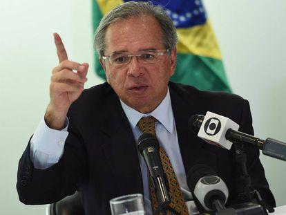 O ministro Paulo Guedes fala durante coletiva de imprensa em Washington, nesta segunda.