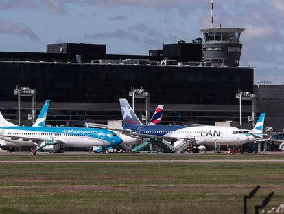 Um avião da Latam estacionado com outros da sua concorrente Aerolineas Argentinas no aeroporto de Buenos Aires em 14 de abril de 2020.